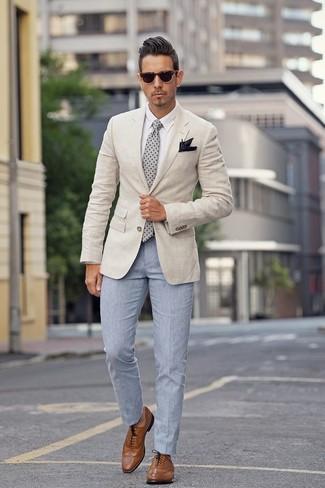 Wie kombinieren: hellbeige Sakko, weißes Businesshemd, hellblaue Anzughose, braune Leder Brogues