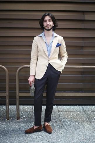 Wie kombinieren: hellbeige Sakko, hellblaues vertikal gestreiftes Businesshemd, schwarze Anzughose, braune Wildleder Slipper