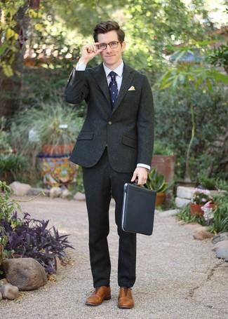 Wie kombinieren: dunkelgrünes Wollsakko, hellviolettes Businesshemd, dunkelgrüne Wollanzughose, braune Leder Oxford Schuhe