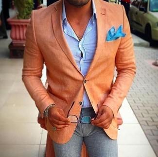 Wie kombinieren: orange Sakko, hellblaues vertikal gestreiftes Businesshemd, graue Wollanzughose, türkises Einstecktuch