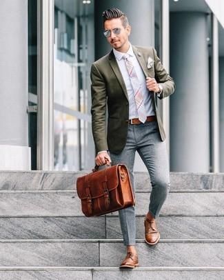 Wie kombinieren: olivgrünes Sakko, hellblaues Businesshemd, graue Wollanzughose, braune Leder Derby Schuhe