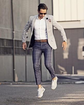 Wie kombinieren: graues Sakko mit Karomuster, weißes Businesshemd, dunkelblaue Anzughose mit Schottenmuster, weiße niedrige Sneakers