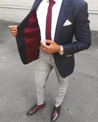 Wie kombinieren: schwarzes Sakko, weißes Businesshemd, graue Anzughose, dunkelrote Leder Derby Schuhe