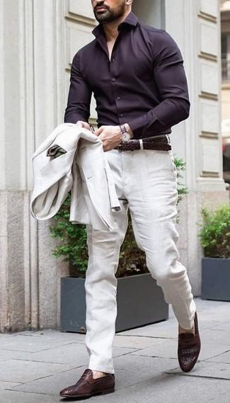 Wie kombinieren: hellbeige Leinen Sakko, dunkelbraunes Businesshemd, hellbeige Leinen Anzughose, dunkelbraune Leder Slipper