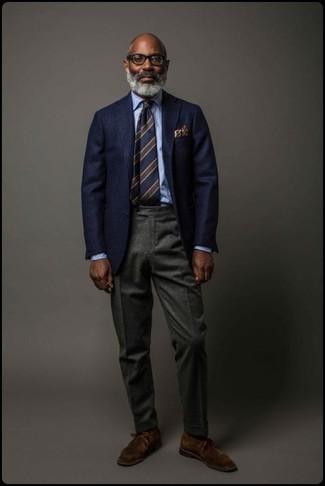 Wie kombinieren: dunkelblaues Wollsakko, hellblaues Businesshemd, dunkelgraue Wollanzughose, dunkelbraune Chukka-Stiefel aus Wildleder
