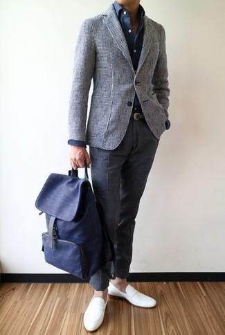 Wie kombinieren: graues Tweed Sakko, dunkelblaues Businesshemd, dunkelgraue Wollanzughose, weiße Leder Slipper