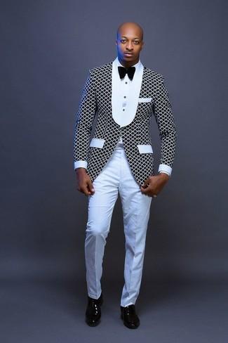 Wie kombinieren: schwarzes und weißes Sakko, weißes Businesshemd, weiße Anzughose, schwarze Leder Oxford Schuhe