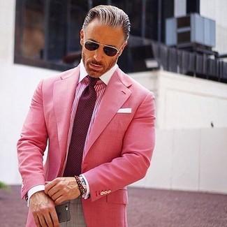 Wie kombinieren: fuchsia Sakko, fuchsia vertikal gestreiftes Businesshemd, graue Anzughose, dunkelrote gepunktete Krawatte