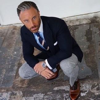 Wie kombinieren: schwarzes Sakko, hellblaues Businesshemd, graue Anzughose mit Karomuster, braune Leder Oxford Schuhe