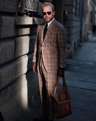 Wie kombinieren: braunes Wollsakko mit Schottenmuster, weißes Businesshemd, braune Wollanzughose mit Schottenmuster, braune Shopper Tasche aus Leder