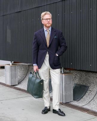 Wie kombinieren: dunkelblaues Wollsakko, weißes und dunkelblaues vertikal gestreiftes Businesshemd, weiße Anzughose, schwarze Leder Slipper mit Quasten
