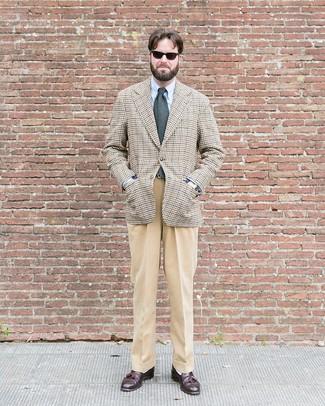 Dunkelbraune Leder Slipper mit Quasten kombinieren: trends 2020: Erwägen Sie das Tragen von einem hellbeige Sakko mit Hahnentritt-Muster und einer beige Anzughose für eine klassischen und verfeinerte Silhouette. Dunkelbraune Leder Slipper mit Quasten sind eine perfekte Wahl, um dieses Outfit zu vervollständigen.