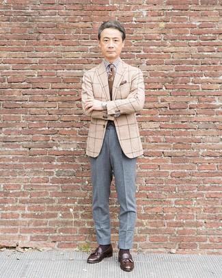 Dunkelbraune Leder Slipper mit Quasten kombinieren: trends 2020: Entscheiden Sie sich für einen klassischen Stil in einem hellbeige Wollsakko mit Karomuster und einer grauen Wollanzughose. Ergänzen Sie Ihr Look mit dunkelbraunen Leder Slippern mit Quasten.