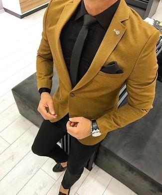 Wie kombinieren: senf Wollsakko, schwarzes Businesshemd, schwarze Anzughose, schwarze Leder Slipper mit Quasten