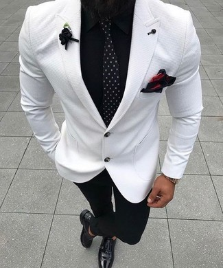 Wie kombinieren: weißes Sakko, schwarzes Businesshemd, schwarze Anzughose, schwarze Doppelmonks aus Leder