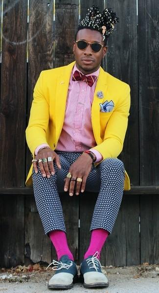 Fuchsia Socken kombinieren: Für ein bequemes Couch-Outfit, kombinieren Sie ein gelbes Sakko mit fuchsia Socken. Fühlen Sie sich ideenreich? Vervollständigen Sie Ihr Outfit mit dunkelblauen Wildleder Oxford Schuhen.