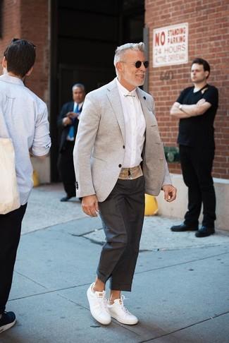 Wie kombinieren: graues Sakko, weißes Businesshemd, schwarze Anzughose, weiße Leder niedrige Sneakers