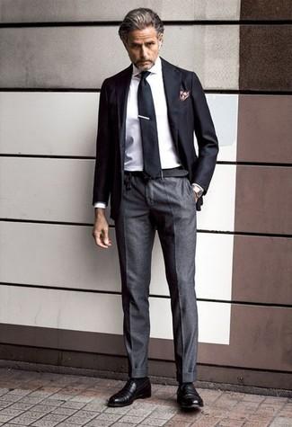 Wie kombinieren: schwarzes Sakko, weißes Businesshemd, dunkelgraue Anzughose, schwarze Leder Slipper