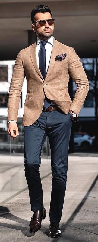Wie kombinieren: beige Sakko, weißes Businesshemd, schwarze Anzughose, dunkelbraune Doppelmonks aus Leder