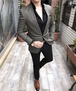 Wie kombinieren: graues Sakko, schwarzes Businesshemd, schwarze Anzughose, braune Leder Derby Schuhe