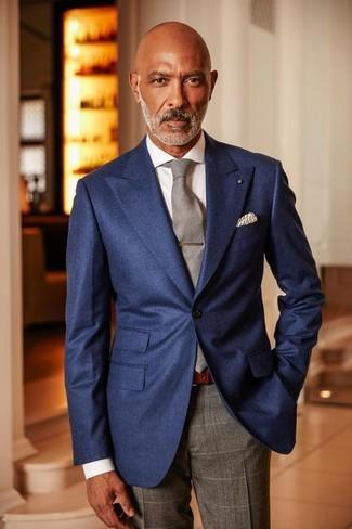 Wie kombinieren: dunkelblaues Sakko, weißes Businesshemd, graue Anzughose mit Karomuster, graue Krawatte