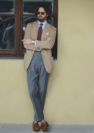 Wie kombinieren: beige Sakko, hellblaues Businesshemd, graue Anzughose, braune Wildleder Slipper