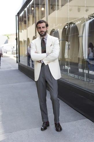 Wie kombinieren: weißes Sakko, weißes und schwarzes vertikal gestreiftes Businesshemd, graue Anzughose, dunkelbraune Leder Slipper mit Quasten