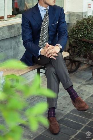 Wie kombinieren: dunkelblaues Sakko, hellblaues Businesshemd, graue Anzughose, braune Wildleder Slipper