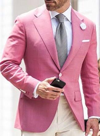 Wie kombinieren: rosa Sakko, weißes Businesshemd, hellbeige Anzughose, graue Krawatte