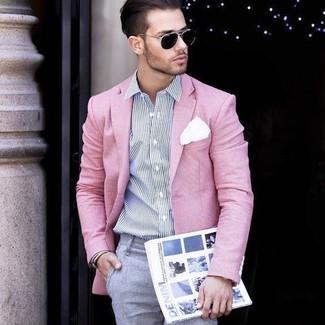 Wie kombinieren: rosa Sakko, weißes und dunkelblaues vertikal gestreiftes Businesshemd, graue Anzughose, weißes Einstecktuch