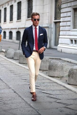 dunkelblaues Sakko, weißes Businesshemd, hellbeige Anzughose, dunkelbraune Leder Slipper für Herren