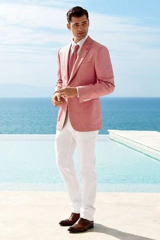 Wie kombinieren: rosa Sakko, weißes Businesshemd, weiße Anzughose, braune Leder Oxford Schuhe