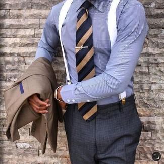 Wie kombinieren: braunes Sakko, blaues vertikal gestreiftes Businesshemd, dunkelgraue Anzughose mit Karomuster, dunkelblaue vertikal gestreifte Krawatte