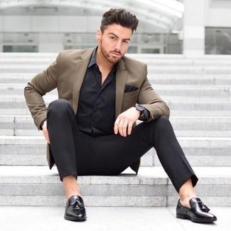 Wie kombinieren: braunes Sakko, schwarzes Seide Businesshemd, schwarze Anzughose, schwarze Leder Slipper mit Quasten