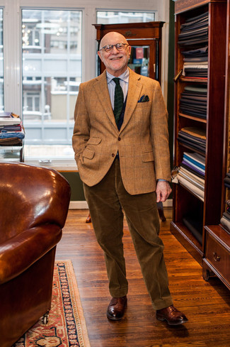 Wie kombinieren: braunes Wollsakko mit Karomuster, graues vertikal gestreiftes Businesshemd, braune Anzughose aus Kord, braune Leder Derby Schuhe