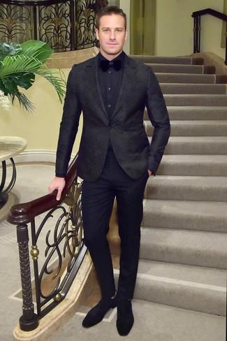 Wie kombinieren: schwarzes Sakko mit Blumenmuster, dunkelblaues Businesshemd, schwarze Anzughose, schwarze Wildleder Derby Schuhe