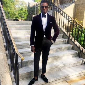 Dunkelrotes Samtsakko kombinieren: trends 2020: Erwägen Sie das Tragen von einem dunkelroten Samtsakko und einer schwarzen Anzughose für einen stilvollen, eleganten Look. Schwarze Wildleder Slipper sind eine kluge Wahl, um dieses Outfit zu vervollständigen.