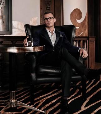 Wie kombinieren: dunkelblaues Samtsakko, weißes Businesshemd, schwarze Anzughose, schwarze Leder Oxford Schuhe