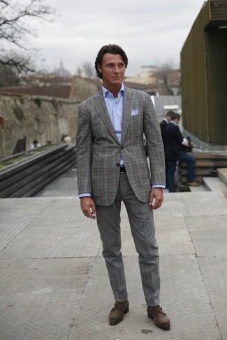 Wie kombinieren: graues Sakko mit Schottenmuster, hellblaues Businesshemd, graue Wollanzughose, dunkelgraue Doppelmonks aus Wildleder