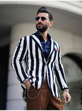 Weißes und dunkelblaues vertikal gestreiftes Sakko kombinieren: trends 2020: Erwägen Sie das Tragen von einem weißen und dunkelblauen vertikal gestreiften Sakko und einer braunen Anzughose für eine klassischen und verfeinerte Silhouette.