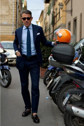 dunkelblaues Sakko, blaues Businesshemd, dunkelblaue Anzughose, schwarze Leder Slipper mit Quasten für Herren