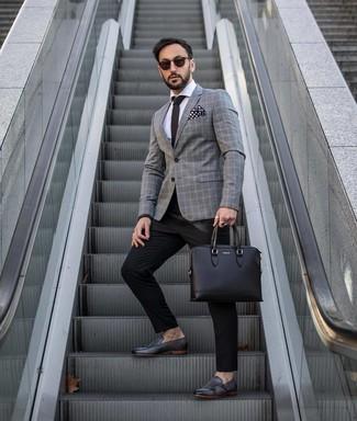 Wie kombinieren: graues Sakko mit Schottenmuster, weißes Businesshemd, schwarze Anzughose, schwarze Doppelmonks aus Leder