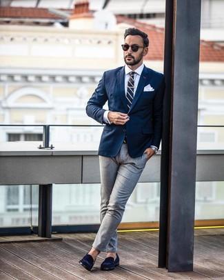 Wie kombinieren: dunkelblaues Sakko, weißes Businesshemd, graue Anzughose, dunkelblaue Wildleder Slipper