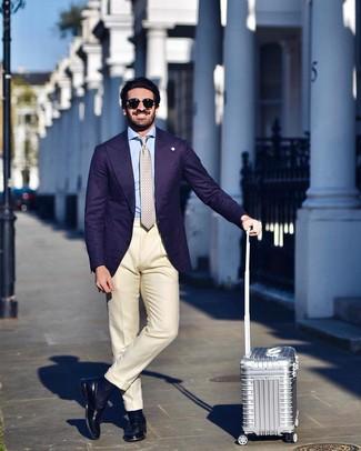 Wie kombinieren: violettes Sakko, hellblaues Businesshemd, hellbeige Anzughose, schwarze Leder Slipper