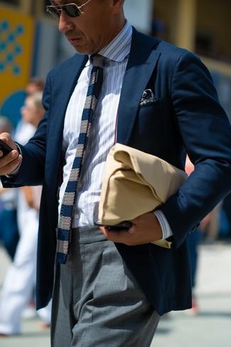 Wie kombinieren: dunkelblaues Sakko, weißes vertikal gestreiftes Businesshemd, graue Anzughose, beige Leder Clutch Handtasche