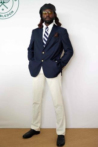 Wie kombinieren: dunkelblaues Sakko, weißes Businesshemd, weiße Anzughose, schwarze Leder Slipper