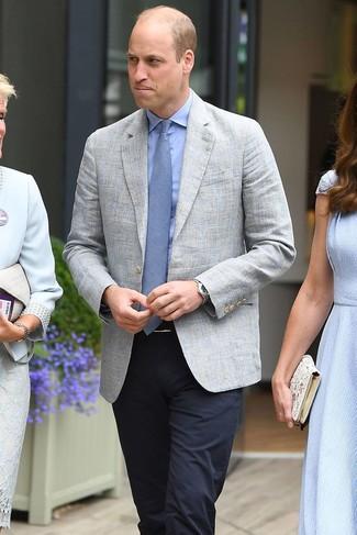 Wie kombinieren: graues Leinen Sakko, hellblaues Businesshemd, dunkelblaue Anzughose, hellblaue Krawatte