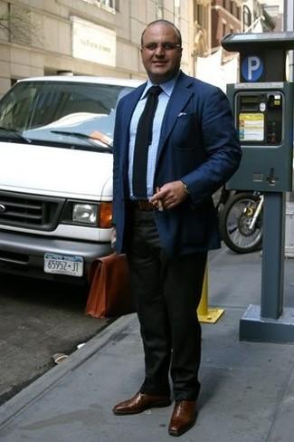 Wie kombinieren: dunkelblaues Sakko, hellblaues Businesshemd mit Karomuster, dunkelgrüne Anzughose, braune Leder Oxford Schuhe
