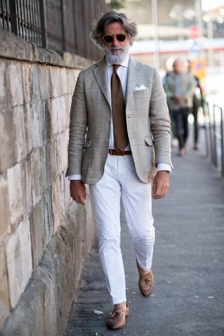 Wie kombinieren: hellbeige Sakko mit Schottenmuster, weißes Businesshemd, weiße Anzughose, braune Leder Slipper mit Quasten