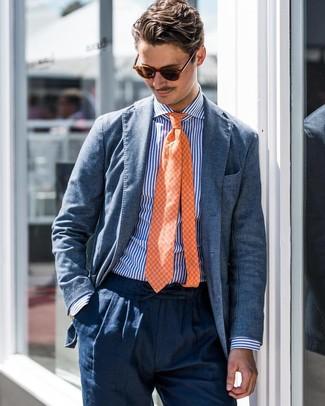 Wie kombinieren: blaues Sakko, weißes und blaues vertikal gestreiftes Businesshemd, dunkelblaue Leinen Anzughose, orange Krawatte mit Karomuster